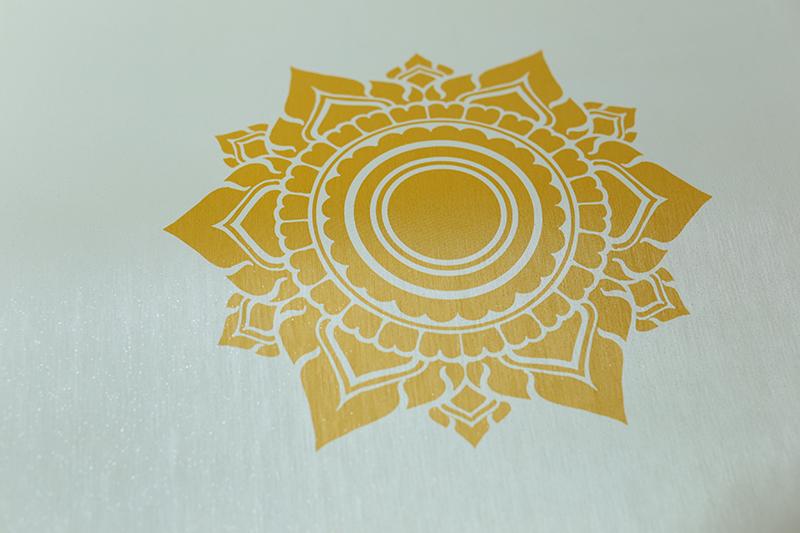 ลายดอกดาว สีทองพื้นขาว