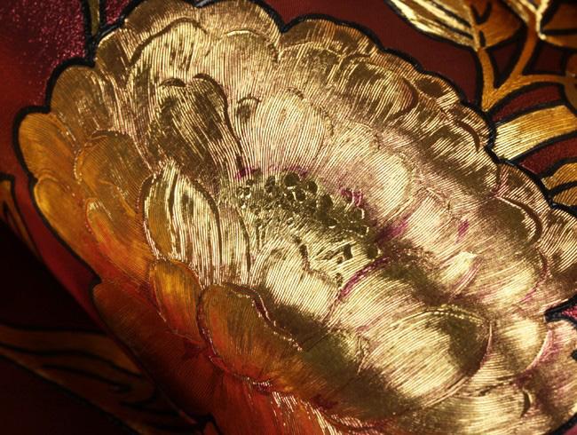 ลายดอกกุหลาบสีทองพื้นสีม่วงเลือดหมู