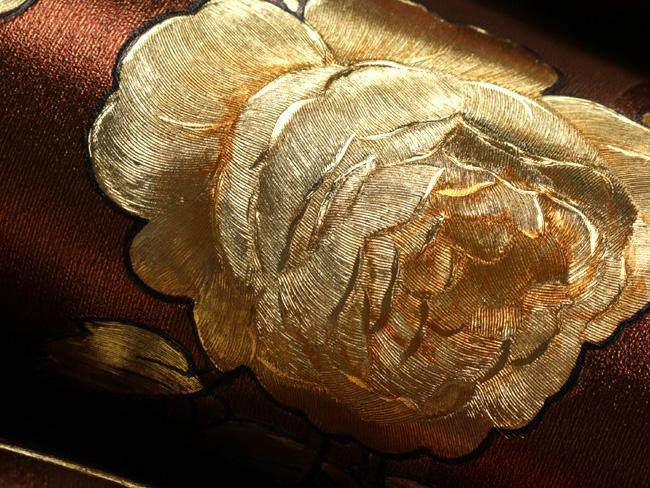 ลายดอกกุหลาบสีทองพื้นน้ำตาล