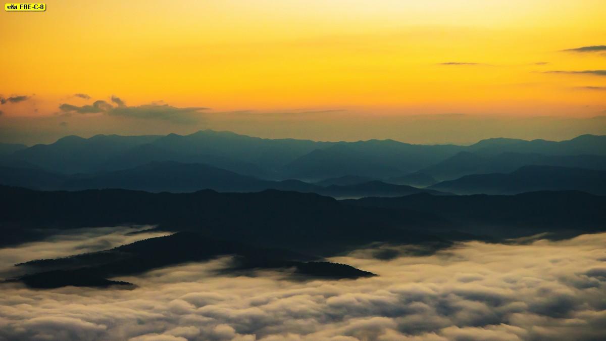 ภาพวิวธรรมชาติภูเขามีหมอกและท้องฟ้าโทนสีเหลืองทอง