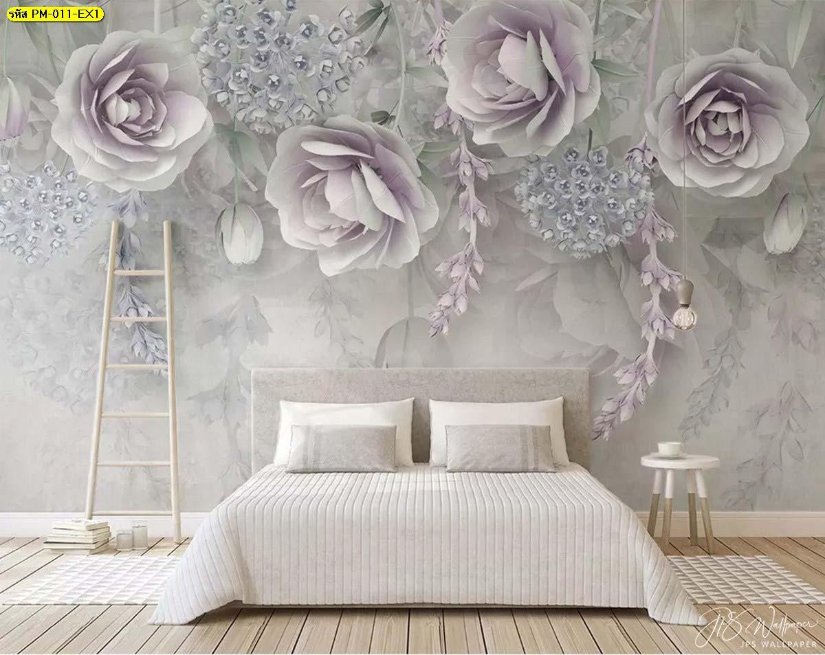เตียงนอนนุ่มๆ พร้อมดอกไม้สีขาวอมม่วงดอกใหญ่ สร้างบรรยากาศอบอุ่นนุ่มนวล