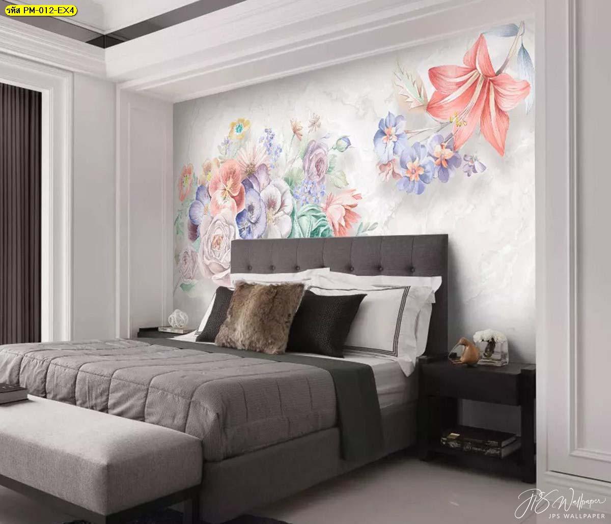 ห้องนอนเตียงใหญ่สีเข้ม กับวอลเปเปอร์ติดผนังสวยหรูลายดอกไม้