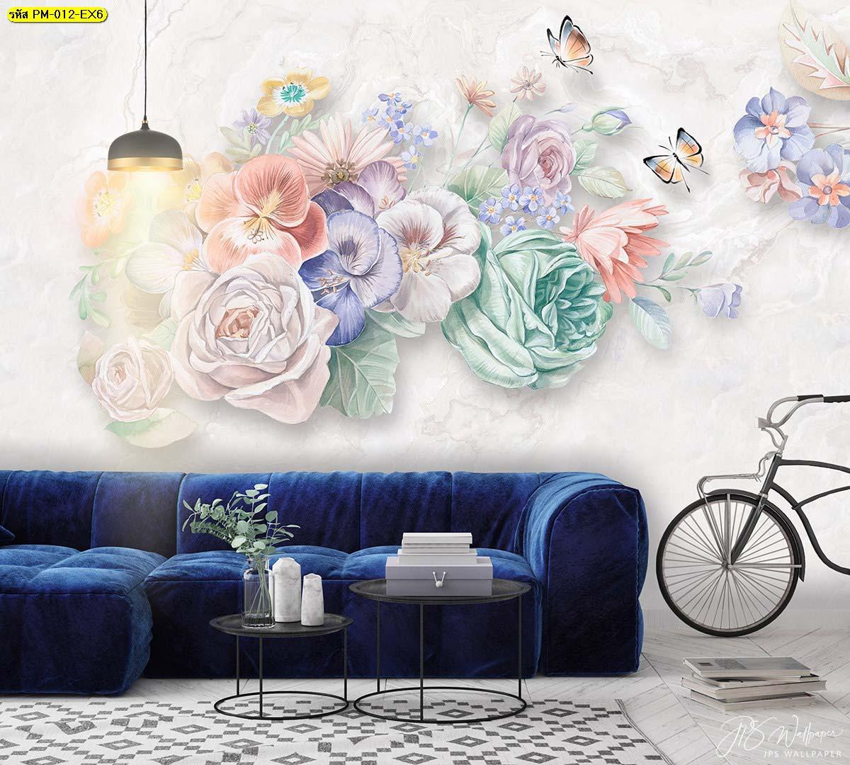 โซฟาเบาะผ้าแต่งเพิ่มด้วยจักรยาน ในห้องรับแขกผนังลายดอกไม้สีพาสเทล
